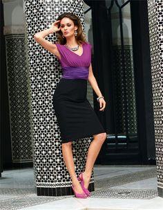 Kleid in Colour Blocking, Collier , Armspange mit Leopardenköpfen , Slingpumps aus Veloursleder