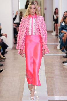 Emanuel Ungaro designer Fausto Puglisi creates a delicate, flirty and floral collection with lace applications all in soft pinks, blues and whites. See the Emanuel Ungaro Ready To Wear S/S 2016 presented at Paris Fashion Week below: Pink Fashion, Couture Fashion, Runway Fashion, Fashion Show, Fashion Outfits, Fashion Design, Fashion Trends, Fashion 2016, Fashion Spring