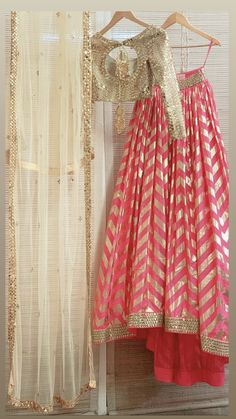 Want to flaunt your traditional looks? Check out these trending but traditional Gota Patti Lehenga Designs for Weddings. Lehenga Choli Designs, Ghagra Choli, Indian Bridal Outfits, Indian Designer Outfits, Indian Party Wear, Indian Wear, Indian Lehenga, Sari Design, Diy Design