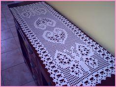 Chemin de table orné de papillons et de coeurs et sa grille gratuite, au crochet !