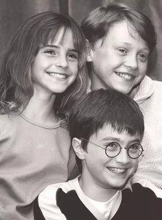 "Emma Watson (Hermione Granger), Rupert Grint (Ron Weasley), Daniel Radcliffe (Harry Potter), in the first Harry Potter movie, ""The Philosopher's Stone"" Harry Potter Tumblr, Harry Potter Hermione, Harry Potter World, Photo Harry Potter, Mundo Harry Potter, Harry Potter Pictures, Harry Potter Love, Harry Potter Characters, Harry Potter Fandom"