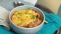 Lise Finckenhagen byr på en suppe som vil varme deg langt inn i sjelen. Gratinert løksuppe er en god venn på kjølige dager.