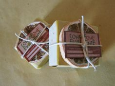 *LIMONCELLO*: Olio XV di Oliva saponif. (Sodium Olivate) Olio di cocco saponif. (Sodium Cocoate) Olio di ricino saponif. (Sodium Castorate) Olio di riso saponif. (Sodium Ricate) Burro karitè saponif. (Sodium Sheabutterate) Olio di mandorle dolci Fecola di patate Scorza limone Olio ess. di limone Olio ess. di legno di cedro  Sapone rustico dall'intenso profumo di limone che ricorda niente popo di meno che... quello della crema pasticcera! Molto nutriente (olio di mandorle ed al burro di…