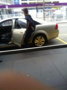 Niall getting into a friends car at the Melbourne airport