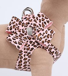 Beautiful Cheetah step-in harness with a large 4-loop bow held together by a loop of Swarovski crystals. This is just the product for those who want elegance, convenience and no-choke comfort for thei
