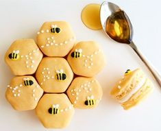 Honey French Macarons not only taste yummy but look so cute. These would be perf… Honey French Macarons not only taste yummy but look so cute. These would be perfect for a first birthday party or bee-day! Köstliche Desserts, Dessert Recipes, Disney Desserts, Health Desserts, Summer Desserts, Plated Desserts, Summer Drinks, Kreative Desserts, Macaron Cookies