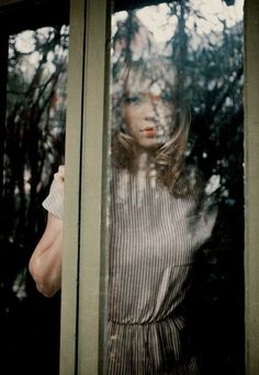 Hermosa niña en la ventana