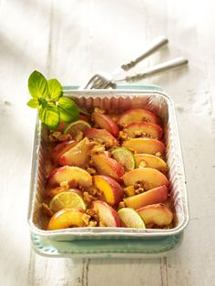 Obst grillen ist ganz einfach. Neben Hähnchenspießen freuen wir uns auf gegrillte Ananas und karamellisierte Pfirsiche. Süße Rezepte für die Grillparty.