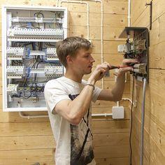 Sähkö- ja automaatiotekniikan perustutkinnon sähkö- ja automaatioasennuksen näyttö. Opiskelija kytkemässä riviliitintä. #perustutkinto #näyttötutkinto #sähkötekniikka #automaatiotekniikka #riviliitin
