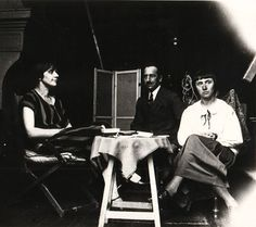 Piet Mondrian hanging out with Dutch painter, avant-garde musician, dancer and artist Nelly van Doesburg and German Dada artist Hannah Höch Piet Mondrian, Grete Stern, Kurt Schwitters, Man Ray, Photomontage, Hannah Hoch Collage, Bauhaus, Hannah Höch, Dada Artists