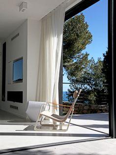 En harmonie avec la nature : Des maisons ouvertes sur l'extérieur - Journal des Femmes Outdoor Chairs, Outdoor Furniture, Outdoor Decor, Architecture, Sun Lounger, Journal, Nature, Home Decor, Bay Windows