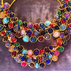 Un plano de cerca de las gargantillas cuajadas de piedras en los nuevos tonos de otoño #oshjewellery #necklace #nofilter #jewellery #jewellery #fall #autumn #wedding #fashion #statement