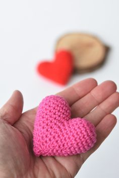 Crochet these little amigurumi hearts yourself. For Valentine`s Day or to share a special message. Super quick and easy to make. Knitted Heart Pattern, Crochet Mandala Pattern, Crochet Beanie Pattern, Granny Square Crochet Pattern, Crochet Patterns Amigurumi, Knitting Patterns, Knitting Ideas, Heart Patterns, Crochet Gifts