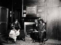 'Familia de color junto a la chimenea', 1920. Colección George Eastman House, 2012.