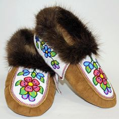 We sell handmade authentic native art and crafts made by the Tłı̨chǫ, including First Nations and artists from the Northwest Territories. Native American Moccasins, Native American Regalia, Native American Beadwork, Bead Embroidery Patterns, Beading Patterns Free, Beaded Embroidery, Beading Ideas, Indian Beadwork, Native Beadwork