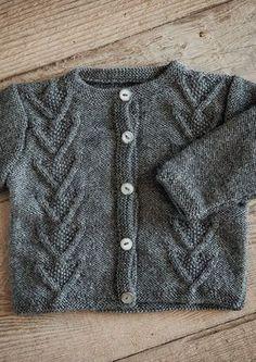 Snoningstrøje med knapper i Mayflower Easy Care Baby Sweater Knitting Pattern, Baby Knitting Patterns, Crochet Baby, Knit Crochet, Baby Barn, Usa Baby, Baby Cardigan, Knitting For Kids, Free Baby Stuff