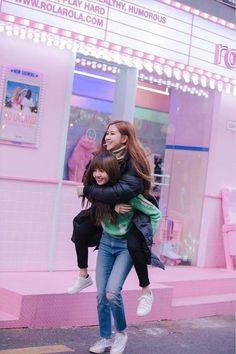 Lisa and Rosé Blackpink Kim Jennie, Jenny Kim, K Pop, Kpop Girl Groups, Kpop Girls, Seoul, Oppa Gangnam Style, Black Pink Kpop, Black Pink Rose