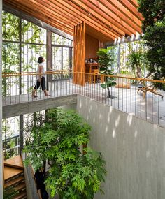 Familienzimmer im Stepping Park House von Vo Trong Nghia in Ho-Chi-Minh-Stadt, Vietnam. Tropical Architecture, Interior Architecture, Architecture Portfolio, Houston Architecture, Landscape Architecture, Design Exterior, Interior And Exterior, Indoor Garden, Indoor Outdoor