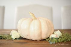 5 minute beautiful Thanksgiving centerpiece - get the step by step instructions to creating a beautiful Thanksgiving table in minutes. Thanksgiving Centerpieces, Thanksgiving Table, Chic Halloween, Step By Step Instructions, Table Settings, Pumpkin, Holidays, Vegetables, Holiday Decor