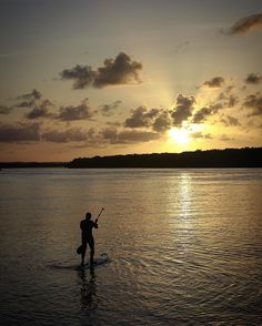 Rumo ao por do sol em #aracaju. O sol partindo de um lado e a lua chegando do outro.  Mas não dava para juntar os dois. #sergipe #pordosol
