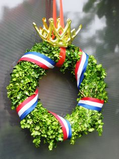 Pinned by: ☾OohmyJupiterr Diy And Crafts, Crafts For Kids, Paper Crafts, Kings Day Amsterdam, Holland, Nagel Blog, White Wreath, Love Holidays, Types Of Doors