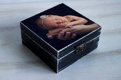 Esta caja de bebé personalizado de la foto es gran regalo para cumpleaños, día de la madre, Navidad, Baby Shower, aniversario etc.. Uno de un bueno regalo! Es gran regalo para mamá, abuela, hermanas y mejores amigos, novias y damas de honor y todo el mundo que encanta! La caja de recuerdo contiene cualquier foto de su elección para ser personalizado a tu gusto. Cada caja de la foto es a mano pintada y decoupaged. El cuadro que aparece es agobiado y de años y de aspecto rústico.  Cajas se…