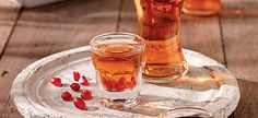 Making a homemade liqueur is a lot of fun and so simple. The ingredients are usually some kind of fresh fruits and spices that you will mix with alcohol. Homemade Liqueur Recipes, Homemade Liquor, Homemade Gifts, Bago, Tapas, Grain Alcohol, Greek Cooking, Halloween Drinks, Drink