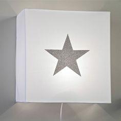 Applique en coton blanc et étoile argent 75€