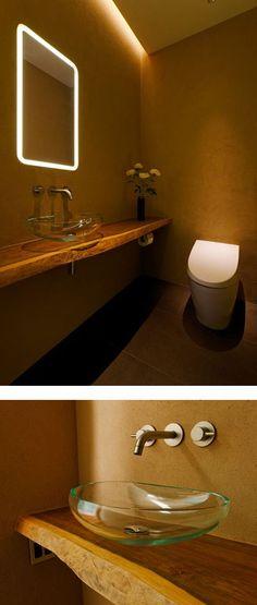土壁に埋め込んだフェイスミラーは、縁をすりガラスにして、LED照明の光を透過させた。…