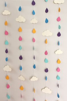 mobile nuage de pluie Rainbow Raindrops and Clouds Paper Garland - April Showers, Baby Showers, party decorations via Etsy Felt Crafts, Diy And Crafts, Crafts For Kids, Arts And Crafts, Simple Paper Crafts, Creative Crafts, Diy Girlande, Diy Bebe, Creation Deco