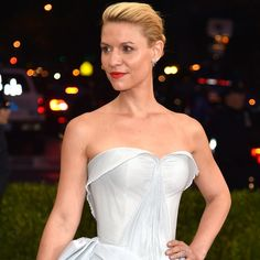 """When you think """"Manus x Machina: Fashion In An Age Of Technology,"""" you might conjure up images of robot-print bodysuits or slicked-back, artificial intelligence-esque hair. But Claire Danes at the 2016 Met Gala was something else: Something (very… Fiber Optic Dress, Vestidos Neon, Gala Gowns, Free Spirited Woman, Claire Danes, Red Carpet Ready, Zac Posen, Dark Fashion, Strapless Dress"""