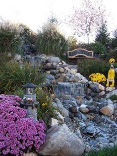 der Hang ist perfekter Ort für eine Wasseranlage im Garten