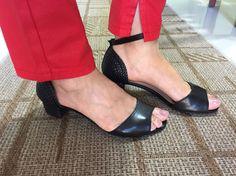 Sandália preta baixinha para o dia a dia. Detalhe trançado no calcanhar e no salto.