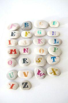 Alfabet stenen via http://ministryofdeco.blogspot.nl/2013/09/deconinos-volvemos-los-juguetes-simples.html