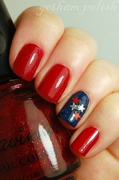 We love these star accents on glitter polish as demonstrated by gothampolish.blog...