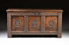 AN ENGLISH WILLIAM AND MARY CARVED OAK COFFER, CIRCA : Lot 569
