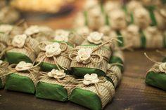 Bem casados com embalagem verde, detalhe em juta e flores delicadas. Decoração por Kátia Criscuolo em Trancoso-BA