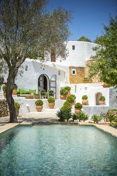🌟Tante S!fr@ loves this📌🌟 Spanish Garden, Spanish House, Spanish Style, Pakistan Home, Aqua Pools, Villa Pool, Spanish Villas, Luxury Villa Rentals, Outside Living