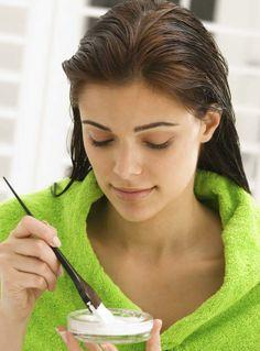 Si después de un tinte o permanente tu cabello quedo muy reseco, aplica un mezcla de aguacate, mayonesa y aceite de coco durante 20 minutos.