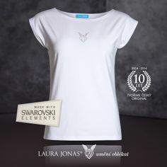 Bílé triko LAURA JONAS® TD841 doplněné broušenými kamínky Swarovski - letní klasika, kterou můžete snadno kombinovat s našimi vzorovanými sukněmi nebo tureckými kalhotami.  http://www.laurajonas.cz/trika/triko%5BTD841%5D?ItemIdx=0