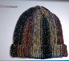 Gorro em tricô ,feito na vertical  Lã Mona da Cisne de 100 g ,agulha 6   Colocar 40 pontos 1)-d-toda em tricô 2)-a-fazer 39 pontos em tric...