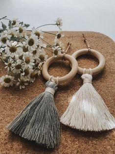 Diy Home Crafts, Diy Crafts To Sell, Diy Tassel, Tassels, Barn Wood Crafts, Pom Pom Crafts, Deco Boheme, Passementerie, Macrame Design