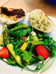 Jassi steuert zur Vegan Wednesday Grillparty ein leckeres Rezept bei: Spargelsalat mit Erdbeeren und Walnüssen. Schnell nachkochen  solang noch Spargelzeit ist!