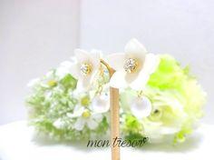 ご覧いただき、ありがとうございます。白いお花がとっても上品なピアス。中央はクリスタルのスワロを使用。とっても落ち着いた雰囲気です。キャッチには、ホワイトのケシ...|ハンドメイド、手作り、手仕事品の通販・販売・購入ならCreema。