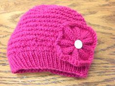 Bonnet de bébé. Patron en français. J'y ai ajouté une fleur tricotée. Crocheting, Knitted Hats, Creations, Beanie, Knitting, Fashion, Knitted Flowers, Boss Babe, Kid