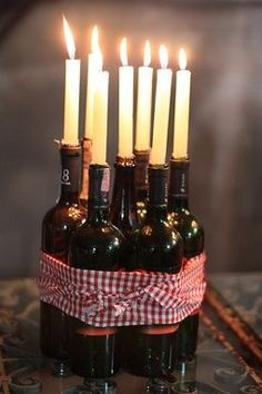 Flaschen Dekoration Tisch Lampe *** Bottle Decoration table lamp The post Ideias criativas para reaproveitar potes e garrafas na decoração appeared first on Dekoration. Wine And Cheese Party, Wine Tasting Party, Beer Tasting, Wein Parties, Italian Themed Parties, Deco Champetre, Bottle Centerpieces, Wedding Centerpieces, Purple Centerpiece