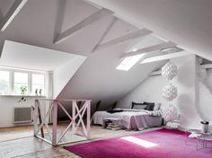 Via en trätrappa tar man sig upp till den inredda vindsvåningen som är mycket vit och ljus med synliga takbjälkar, plankgolv och vitkalkad murstock.