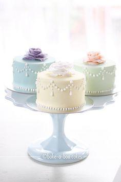 Romantic rose mini cakes. Los mini cake´s estan tan de moda que como planificadora de bodas te recomiendo que no hagas un gran pastel; sino que le des un mini cake a cada uno de tus invitados y puedes jugar con los colores.