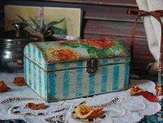Шкатулка в стиле `Шебби`. Шкатулка-сундучок в стиле шебби-шик. Выполнена в технике декупаж. Полоски нанесены акриловыми красками.Шкатулка внутри и снаружи покрыта лаком на водной основе.