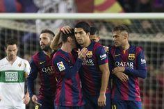 Luis Suárez es felicitado por sus compañeros tras marcar su gol